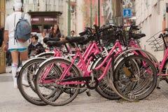 PRAGA, REPUBBLICA CECA - 15 APRILE 2017: Bikes disponibile per affitto, parcheggiato nel centro urbano Fotografia Stock