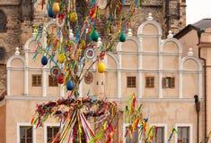 PRAGA, REPUBBLICA CECA - 15 APRILE 2017: Decorazione di Pasqua al quadrato di Città Vecchia Fotografia Stock