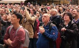 PRAGA, REPUBBLICA CECA - 15 APRILE 2017: I turisti che guardano la manifestazione oraria dell'orologio astronomico a Città Vecchi Immagine Stock Libera da Diritti