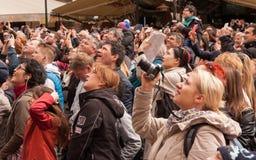 PRAGA, REPUBBLICA CECA - 15 APRILE 2017: I turisti che guardano la manifestazione oraria dell'orologio astronomico a Città Vecchi Fotografia Stock
