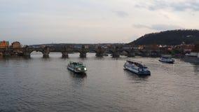 Praga, repubblica Ceca Barche sul fiume della Moldava durante il tramonto vicino a Charles Bridge archivi video