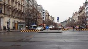 Praga, repubblica Ceca - dicembre 2017: Carreggiata di sovrapposizione in macchina il volante della polizia Via tipica in Europa stock footage