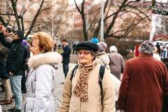 Praga, repubblica Ceca 13 dicembre 2016 - il gruppo di turisti anziani sul fare un giro turistico nel centro urbano a Praga Fotografie Stock Libere da Diritti