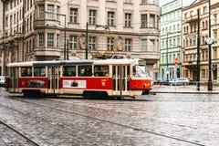 Praga, repubblica Ceca - 24 dicembre 2016 - regoli il trasporto pubblico sulla via Vita quotidiana nella città Vita di tutti i gi Fotografie Stock Libere da Diritti