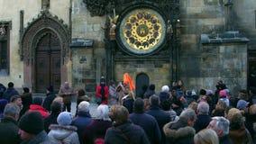 PRAGA, REPUBBLICA CECA - 3 DICEMBRE 2016 Vecchia piazza ammucchiata vicino all'orologio astronomico del punto di riferimento loca Fotografia Stock Libera da Diritti