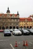 Praga, repubblica Ceca, gennaio 2015 Automobili di parcheggio sul quadrato nella vecchia città immagini stock libere da diritti