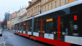 Praga, repubblica Ceca - gennaio 2016: due tram attraversano le vecchie vie a Praga, repubblica Ceca stock footage