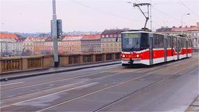 Praga, repubblica Ceca - gennaio 2016: Il tram numero 16 si muove attraverso il ponte a Praga, repubblica Ceca video d archivio