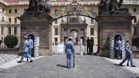 Praga, repubblica Ceca - 22 giugno 2017: cambiamento delle guardie all'entrata al palazzo presidenziale a Praga video d archivio