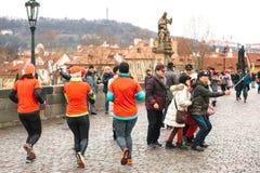 Praga, repubblica Ceca, il 24 dicembre 2016: La corsa tradizionale di Natale degli atleti si è vestita in costumi di Natale sul Immagine Stock Libera da Diritti