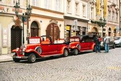 Praga, repubblica Ceca, il 24 dicembre 2016: Retro automobili per i turisti di spettacolo durante le feste di Natale a Praga Fotografie Stock Libere da Diritti