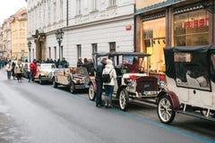 Praga, repubblica Ceca, il 24 dicembre 2016: Retro automobili per i turisti di spettacolo durante le feste di Natale a Praga Fotografia Stock Libera da Diritti
