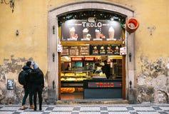 Praga, repubblica Ceca, il 24 dicembre 2016: Un negozio che vende alimento dolce ceco tradizionale Trdlo Alimenti a rapida prepar Fotografie Stock