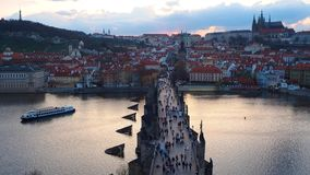 Praga, repubblica Ceca Il paesaggio di lasso di tempo al fiume della Moldava e di Charles Bridge al tramonto forma la torre del p stock footage