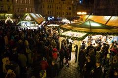 PRAGA, REPUBBLICA CECA - 9 12 2017: La gente nel mercato di Natale sul quadrato di Città Vecchia, repubblica Ceca Fotografie Stock Libere da Diritti