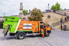 PRAGA, REPUBBLICA CECA 19 MAGGIO 2016: Camion di immondizia arancio sul Fotografia Stock