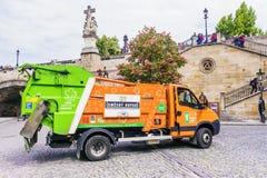 PRAGA, REPUBBLICA CECA 19 MAGGIO 2016: Camion di immondizia arancio sul Immagine Stock Libera da Diritti