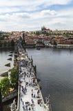 PRAGA, REPUBBLICA CECA - MAGGIO 2015: La gente che cammina sul Charles Fotografie Stock Libere da Diritti