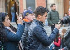 Praga, repubblica Ceca - 15 marzo 2017: Turisti che prendono le immagini dell'orologio astronomico medievale famoso a Praga fotografie stock