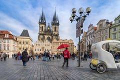PRAGA, REPUBBLICA CECA - 5 MARZO 2016: Vecchia piazza in Pragu Immagini Stock Libere da Diritti