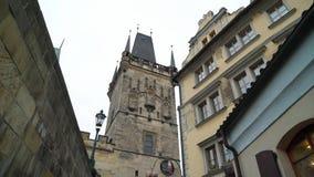 PRAGA, REPUBBLICA CECA - 26 MARZO 2019: Vista alla via nel vecchio centro di Praga archivi video