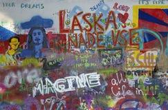 PRAGA, REPUBBLICA CECA - 12 OTTOBRE 2018: Il dettaglio di John Lennon Peace Wall ha creato nel 1980 fotografia stock