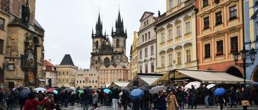 Praga, repubblica Ceca - 28 ottobre 2018: Quadrato di namesti di Staromestske con la gente sotto gli ombrelli nel giorno piovoso  immagine stock
