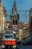Praga, repubblica Ceca - 17 settembre, 2019: Driver femminile di retro tram alla vecchia città di Praga, con la torre del henry immagini stock libere da diritti