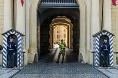 Praga, repubblica Ceca - 18 settembre, 2019: Esterno in servizio uno della guardia giurata del castello di Praga degli ingressi p immagine stock libera da diritti