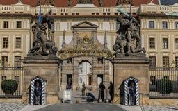 Praga, repubblica Ceca - 18 settembre, 2019: Guardie alle statue di combattimento dei titani al portone al primo cortile a Hrad immagine stock libera da diritti