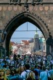 Praga, repubblica Ceca - 10 settembre 2019: Portone del ponte di Charles ammucchiato con i turisti durante il giorno immagini stock libere da diritti