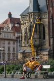 Praga, repubblica Ceca - 10 settembre 2019: Riposo turistico su un banco nella vecchia piazza dei lavoratori di attimo di Praga immagine stock