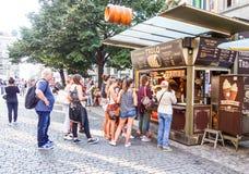 PRAGA, REPUBBLICA CECA - 7 settembre: Via i dei turisti a piedi Fotografia Stock Libera da Diritti