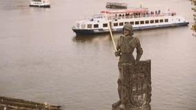 Praga, repubblica Ceca Statua del cavaliere Bruncvik sul ponte di Charles Limite famoso video d archivio
