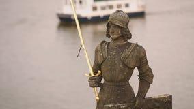Praga, repubblica Ceca Statua del cavaliere Bruncvik sul ponte di Charles Limite famoso archivi video
