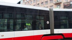 Praga, repubblica Ceca Tram nelle vie del centro urbano video d archivio