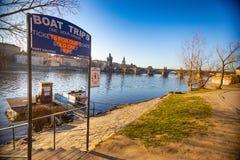 Praga, repubblica Ceca - 09 04 2018: Viaggi della barca dell'insegna intorno a Praga sul fondo di Charles Bridge Immagine Stock Libera da Diritti