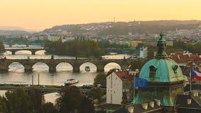 Praga, repubblica Ceca Vista panoramica di paesaggio urbano di sera nel tempo di tramonto Accademia di Straka, Charles Bridge In  video d archivio