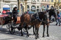 PRAGA, REPUBLIC/EUROPE CECO - 24 SETTEMBRE: Cavallo e carriag Fotografie Stock