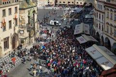 PRAGA, REPUBLIC/EUROPE CHECO - 24 DE SEPTIEMBRE: Gente que espera a las FO Fotografía de archivo libre de regalías