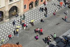 PRAGA, REPUBLIC/EUROPE CHECO - 24 DE SEPTIEMBRE: Gente que espera a las FO Fotos de archivo