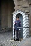 PRAGA, REPUBLIC/EUROPE CHECO - 24 DE SETEMBRO: Protetor no dever em Imagens de Stock Royalty Free