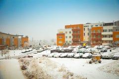 Praga, republika czech - 16 02 2018: Śniegi zakrywający samochody obok domu w Praga i ulica Zdjęcia Royalty Free