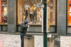Praga, republika czech bezdomny głodny biedny człowiek grat w centrum miasta - Grudzień 24, 2016 - brudny Obraz Stock