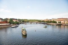 Praga, republika czech - Czerwiec 03, 2017: przyjemności łodzie na Vltava rzece podróż woda transportem Wakacyjni krążowników sta Obraz Stock