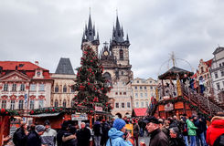 PRAGA, republika czech - DEC 23: tradycyjni boże narodzenia turyści Zdjęcia Stock