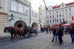PRAGA, republika czech - DEC 23: tradycyjni boże narodzenia turyści Fotografia Royalty Free