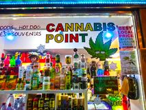 Praga, republika czech - Grudzień 31, 2017: Sprzedaż marihuana i inni ziele w słojach jako pamiątka w sklepie Zdjęcie Stock