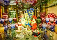 Praga, republika czech - Grudzień 31, 2017: Win szkła Artystyczny szkło w sklepie, Praga, republika czech Fotografia Stock