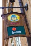 Praga, republika czech - Grudzień 31, 2017: Znak uliczny przy głównym wejściem Svejk piwa pub Fotografia Royalty Free